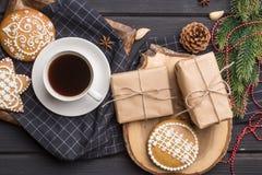 Copo do café preto com as cookies do pão-de-espécie do Natal no preto Fotos de Stock Royalty Free