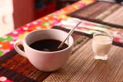 Copo do café preto com leite de vidro fotos de stock royalty free