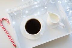 Copo do café preto e do bastão de doces na tabela do inverno Tempo do feriado do Xmas Vista superior imagem de stock