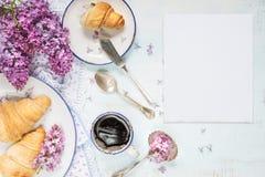 Copo do café preto e dos croissant Imagens de Stock