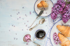 Copo do café preto e dos croissant Fotos de Stock