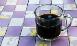 Copo do café preto em um quadrado Imagens de Stock Royalty Free