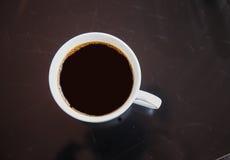 Copo do café preto em uma tabela preta Imagem de Stock Royalty Free