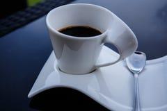 Copo do café preto em uma tabela preta Foto de Stock
