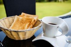 Copo do café preto em uma tabela preta Fotos de Stock Royalty Free