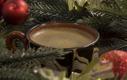 Copo do café preto, feijões, ramos spruce verdes, servin Fotografia de Stock Royalty Free
