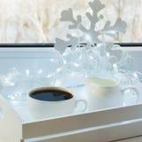 Copo do café preto na soleira do inverno Tempo do feriado do Xmas imagens de stock