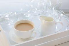 Copo do café preto na soleira do inverno Tempo do feriado do Xmas fotografia de stock royalty free
