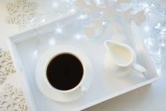 Copo do café preto na tabela do branco do inverno Tempo do feriado do Xmas Vista superior fotografia de stock