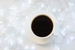 Copo do café preto na tabela do branco do inverno Tempo do feriado do Xmas Vista superior fotos de stock royalty free