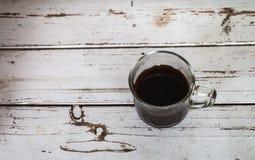 Copo do café preto no assoalho de madeira Fotos de Stock Royalty Free