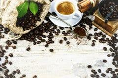 Copo do café preto quente no ajuste retro com o moinho de madeira velho GR fotografia de stock