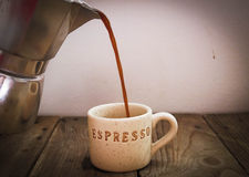Copo do café quando se encherem em um potenciômetro do café Imagens de Stock Royalty Free