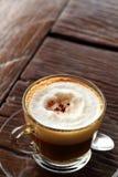 Copo do café quente do latte no jardim Imagens de Stock