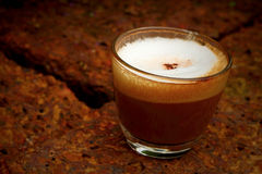 Copo do café quente do latte no jardim Fotos de Stock Royalty Free