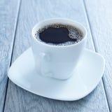 Copo do café quente em pires Imagens de Stock