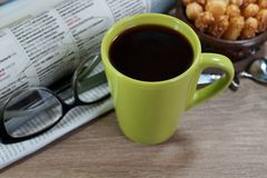 Copo do café quente em um bom dia e em um jornal de manhã Fotos de Stock Royalty Free