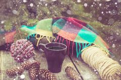Copo do café quente em uma tabela rústica Do inverno a vida ainda das bolas, cones, manta, abeto ramifica Preparação para o Natal Fotos de Stock