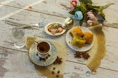 Copo do café turco e da placa com opinião superior do baklava Imagens de Stock