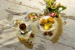 Copo do café turco e da placa com opinião superior do baklava Imagens de Stock Royalty Free