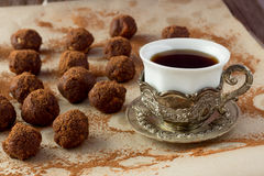 Copo do café turco e de bolas caseiros da trufa Fotografia de Stock Royalty Free