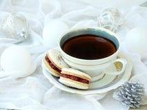 Copo do café do café, sobremesa francesa dos bolinhos de amêndoa no fundo claro Fotos de Stock
