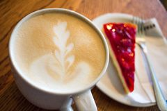 Copo do cappuccino&cheesecake Imagem de Stock Royalty Free