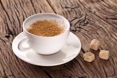 Copo do cappuccino com canela à terra Fotos de Stock