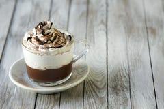 Copo do cappuccino com creme de Whipeed Fotografia de Stock