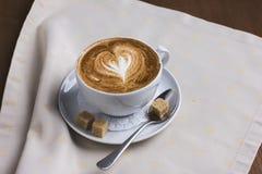 Copo do cappuccino com espuma do leite na forma do coração Imagens de Stock