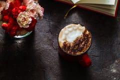 Copo do cappuccino da alfazema Imagens de Stock Royalty Free