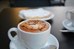 Copo do cappuccino e da sobremesa do doce Fotografia de Stock