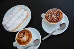 Copo do cappuccino e da sobremesa do doce Fotografia de Stock Royalty Free