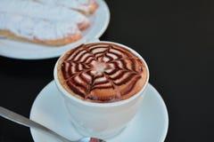Copo do cappuccino e da sobremesa quentes Imagens de Stock