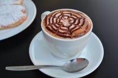 Copo do cappuccino e da sobremesa quentes Fotos de Stock Royalty Free