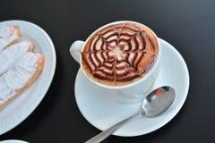 Copo do cappuccino e da sobremesa quentes Imagens de Stock Royalty Free