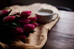 Copo do cappuccino e das tulipas fotos de stock royalty free