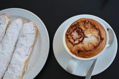 Copo do cappuccino e do bolo quentes Fotografia de Stock