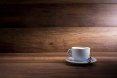 Copo do cappuccino em um fundo de madeira Foto de Stock