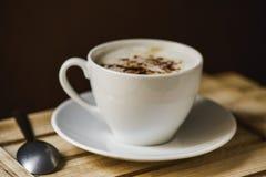 Copo do cappuccino em uma bandeja de madeira fotografia de stock