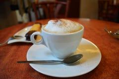 Copo do cappuccino em uma tabela de madeira Imagens de Stock Royalty Free