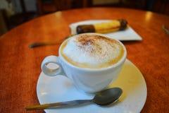 Copo do cappuccino em uma tabela de madeira Fotos de Stock Royalty Free