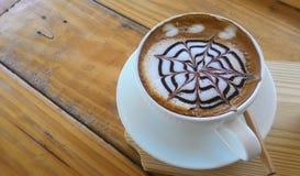 Copo do cappuccino no fundo de madeira da tabela Imagem de Stock Royalty Free