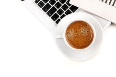 Copo do Cappuccino no portátil. Acima da vista foto de stock royalty free