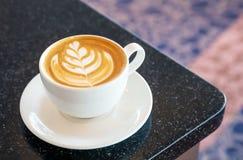 Copo do cappuccino no tabletop imagens de stock royalty free