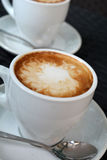 Copo do cappuccino quente no fundo preto Fotos de Stock