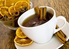 Copo do chá alaranjado com canela Fotos de Stock Royalty Free