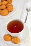 Copo do chá com biscoitos da canela Fotografia de Stock