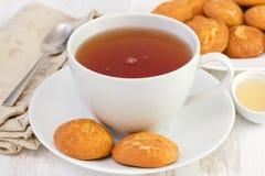 Copo do chá com biscoitos da canela Fotos de Stock