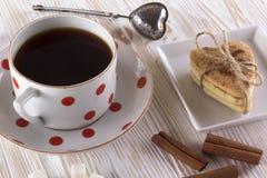 Copo do chá com biscoitos da canela Fotografia de Stock Royalty Free